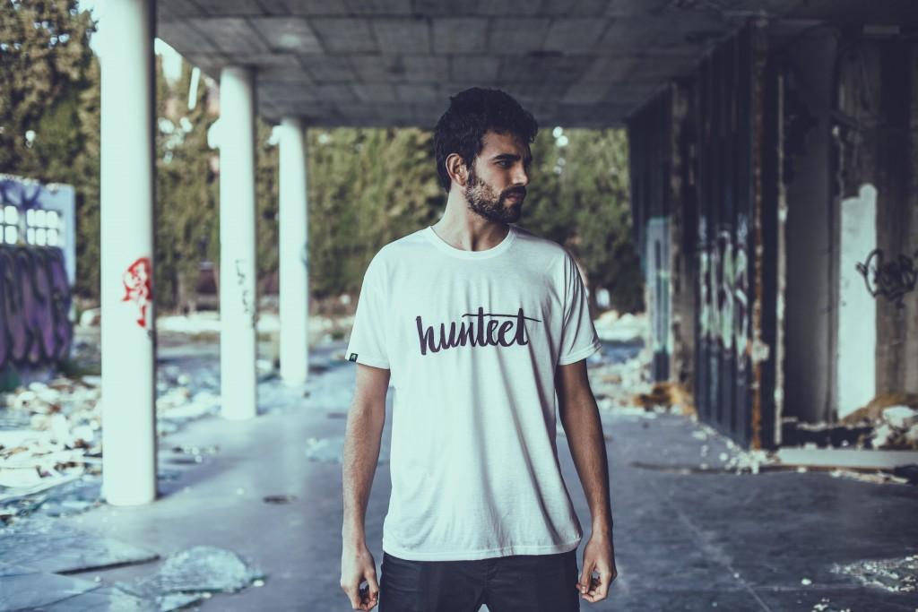 Alberto con la camiseta Hunteet blanca y negra