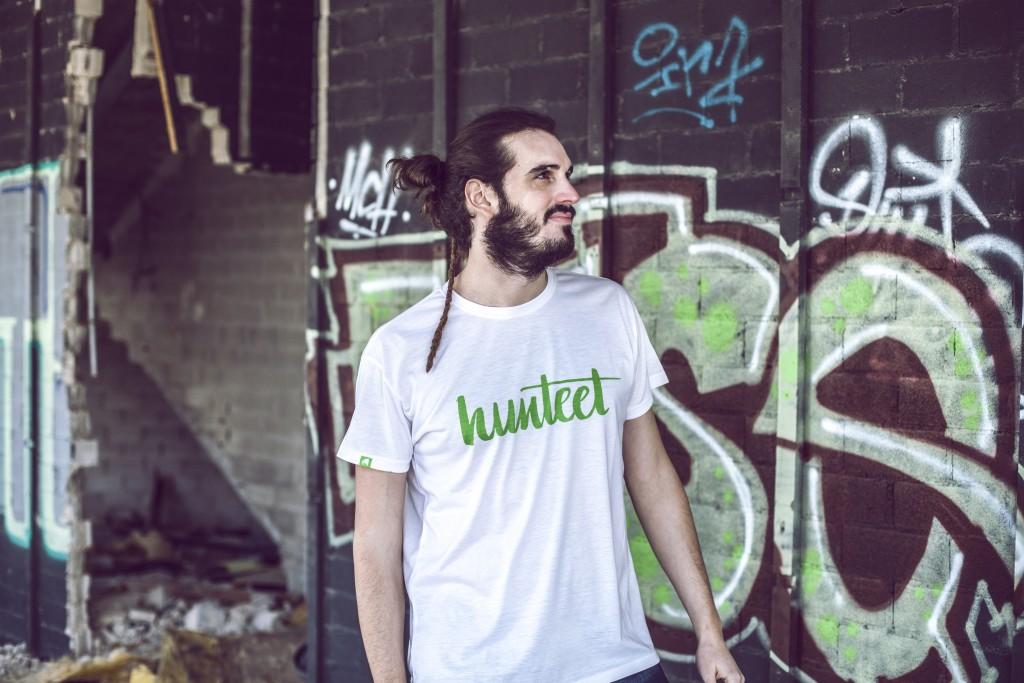 Juan con una de las camisetas Hunteet, modelo blanco y verde Hunteet