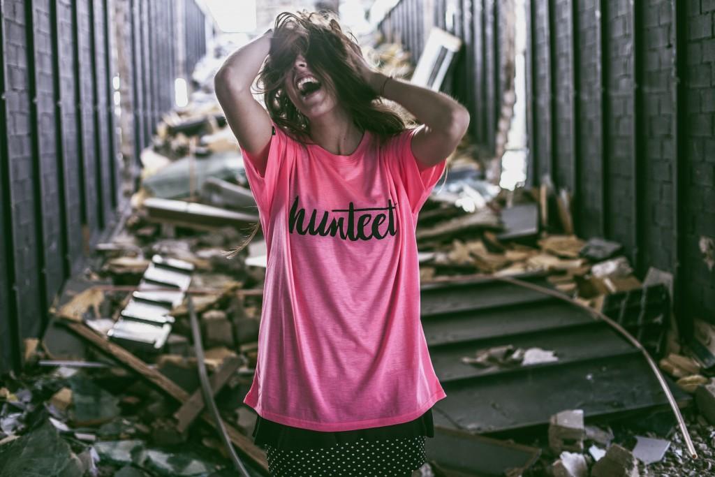 Cristina posando con su camiseta Hunteet rosa y negra