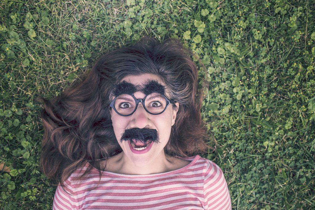 Chica con bigote, apoyando Movember