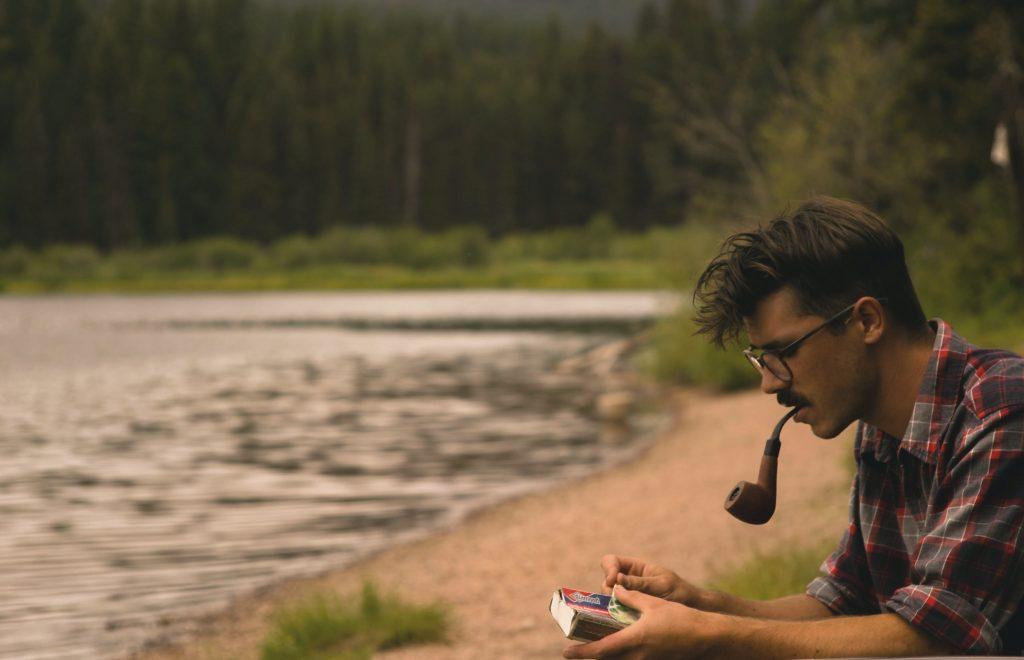 Bigote, pipa y gafas a la orilla del río