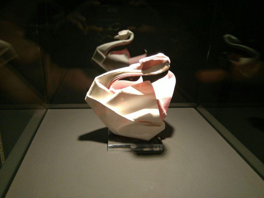 Cisne hecho de papel en la Escuela Museo Origami de Zaragoza, donde también se celebra el Día Internacional del Museo