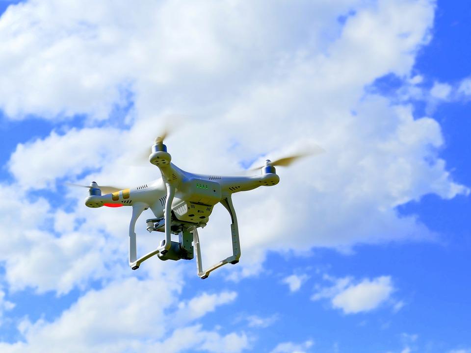 Uno de los drones sobrevolando la zona y haciendo fotos guiado por su GPS