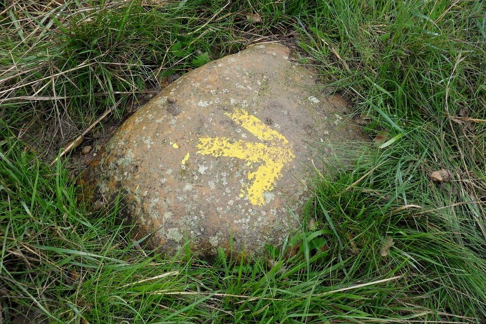 La flecha amarilla es otro distintivo del Camino de Santiago, hay que hacerlo para saber qué se siente al ver una