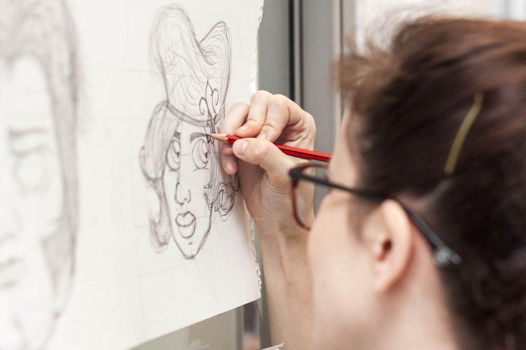 Cristina Martínez diseñando una ilustración en Gröna Comunicación