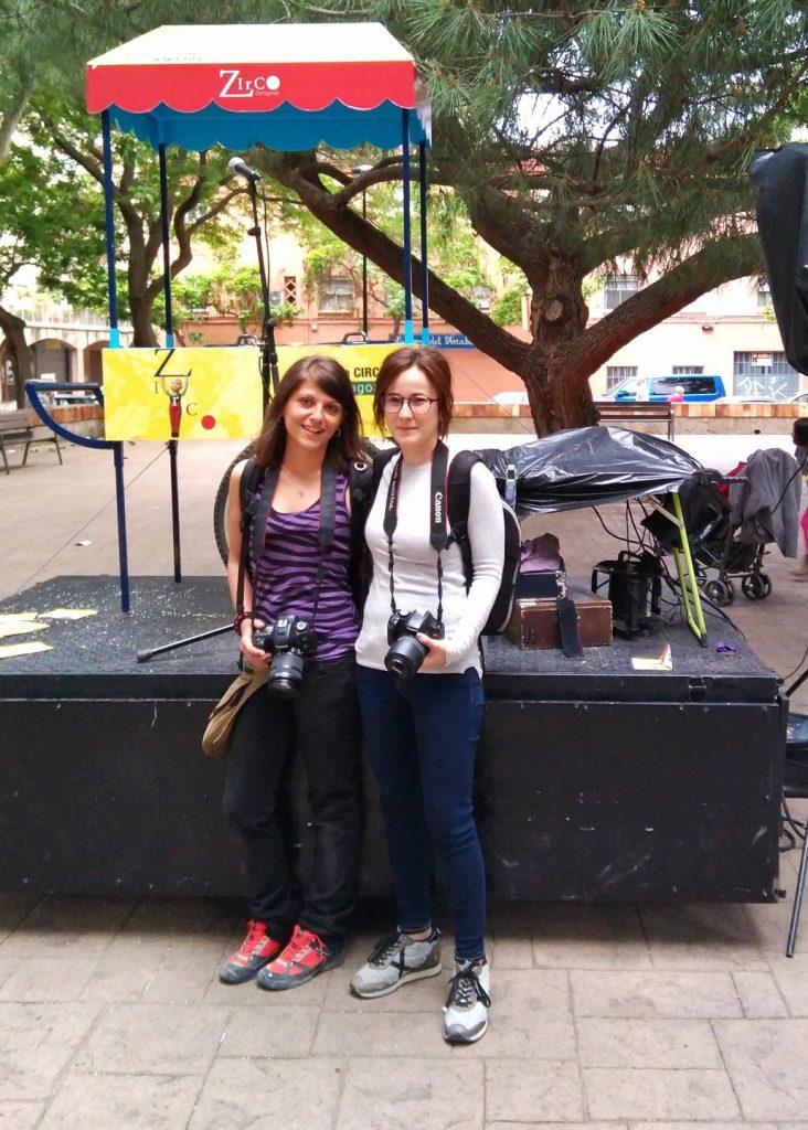 Cristina e Isabel preparadas siempre con la cámara para fotografiar todo aquello que les rodea con Gröna Comunicación
