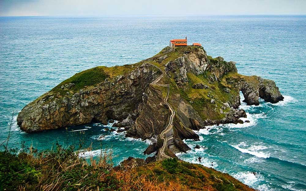 San Juan de Gaztelugatxe, en Bermeo, ambientación de Rocadragón, la fortaleza ancestral de la Casa Targaryen en la sexta temporada de Juego de Tronos