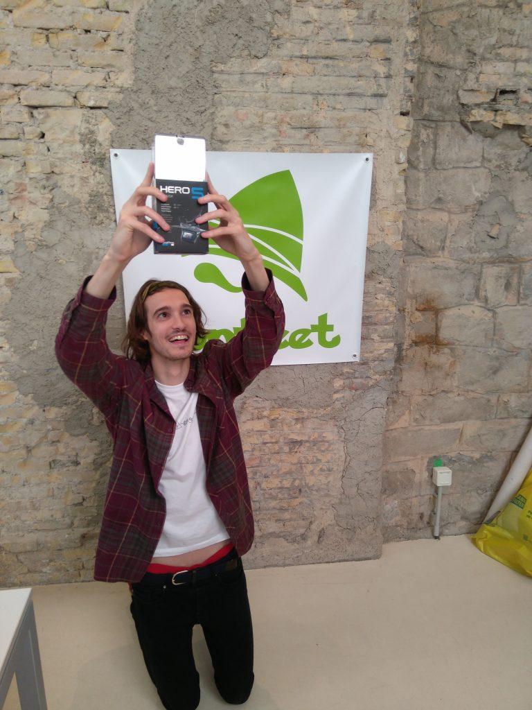 Nuestro hunteer Xabier recogiendo un premio por ganar una liga en Hunteet
