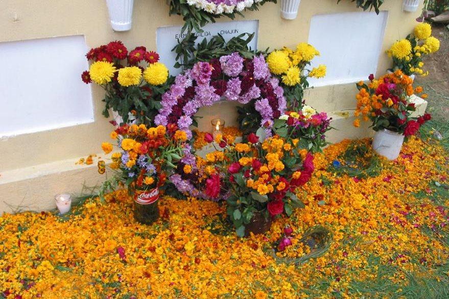 Flores en el cementerio por el Día de Todos los Santos, festividad que se celebra en España desde hace mucho tiempo