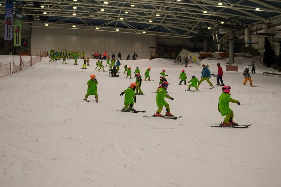 Esquiadores esquiando en la Madrid SnowZone del Centro Comercial Madrid Xanadú donde puedes esquiar en cualquier época del año
