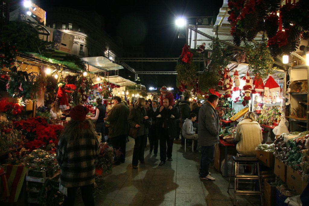 Los mercadillos navideños como Feria de Santa Lucía en Barcelona, llenan las calles de las ciudades y hacen más superable el frío en esta época del año