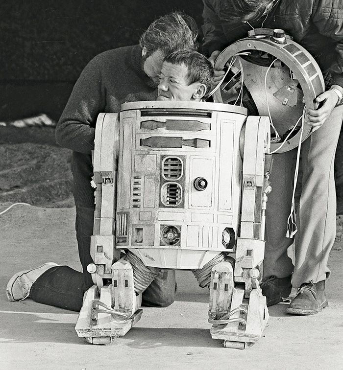 Kenny baker actor que estaba dentro de R2-D2 en el set de grabacion de Star Wars