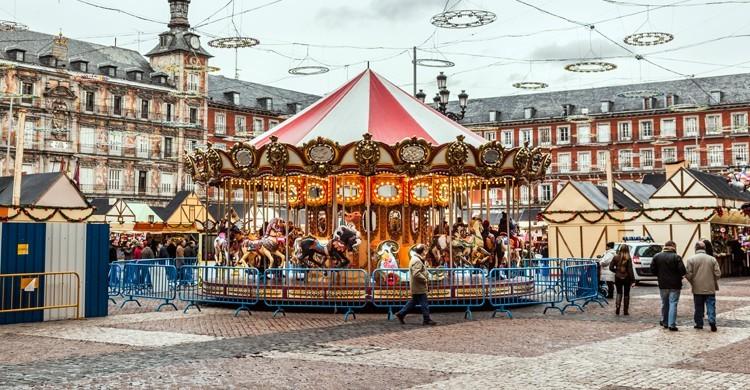 Mercadillo navideño de la Plaza Mayor en Valencia, donde las casetas conviven con las atracciones de feria para los más pequeños