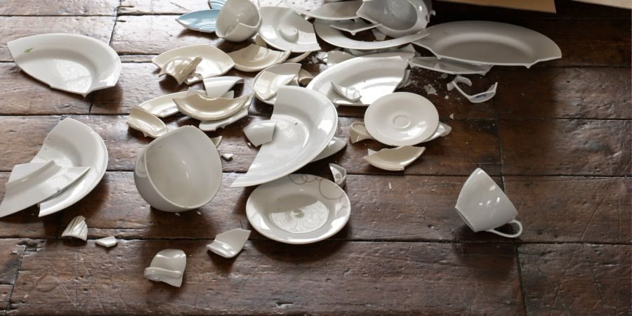 Platos rotos en Italia y Dinamarca se celebra la Nochevieja rompiendo vajilla para atraer a la buena suerte