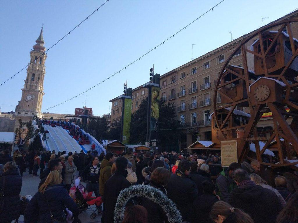 Tobogán y noria del mercadillo navideño de la Plaza del Pilar de Zaragoza