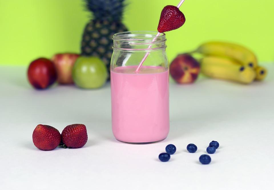 Batido de frutas para perder peso haciendo dieta y ejercicio