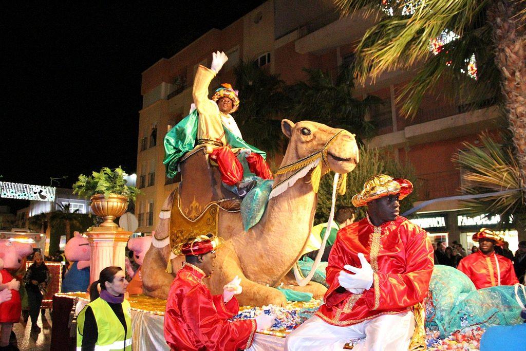 Cabalgata de los Reyes Magos por la ciudad montados en carrozas para celebrar el Día de los Reyes Magos