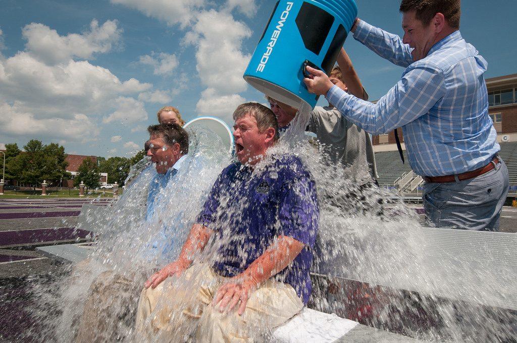 Ice Bucket Challenge consiste tirate un cubo de agua helada por encima y ver cómo reaccionas