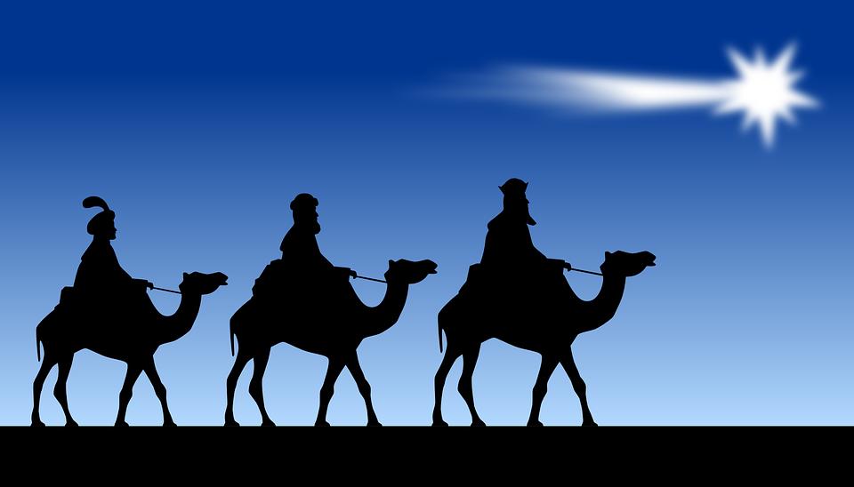 Los 3 Reyes Magos siguiendo la estrella de Oriente para ver al niño Jesús y darle oro, incienso y mirra