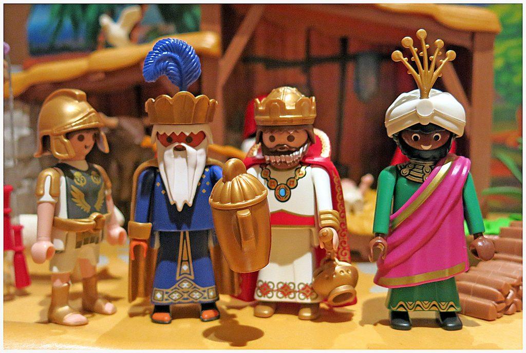 Representacion en Lego de los 3 Reyes Magos en el pesebre con un soldado romano al lado