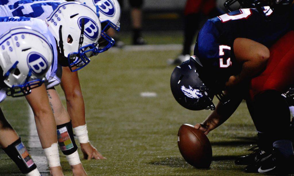 Saque de dos equipos de fútbol americano para dar comienzo a la Super Bowl