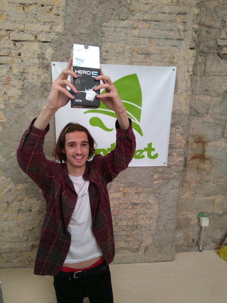 Xabier ganador de una liga de retos en Hunteet recogiendo el gran premio final una GoPro Hero 5
