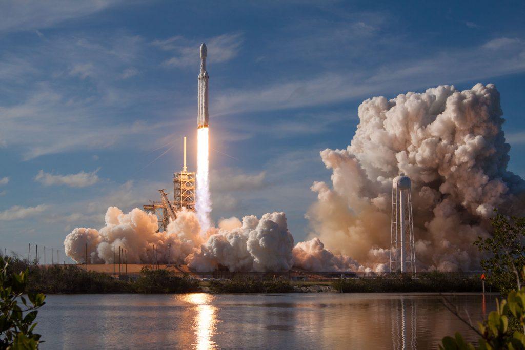 Despegue del Falcon Heavy desde Cabo Cañaveral, el cohete de SpaceX que mayor carga puede transportar hasta la fecha al espacio exteriro
