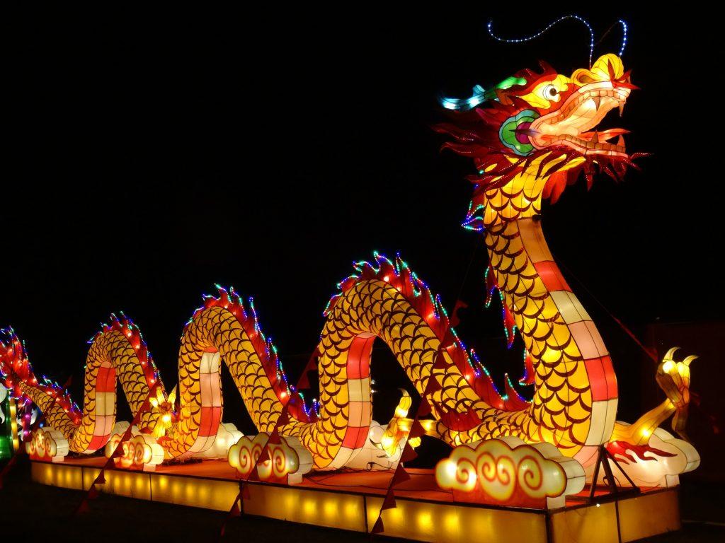 Dragón de la celebración del festival de Año Nuevo Chino, este año es el Año del Perro de Tierra