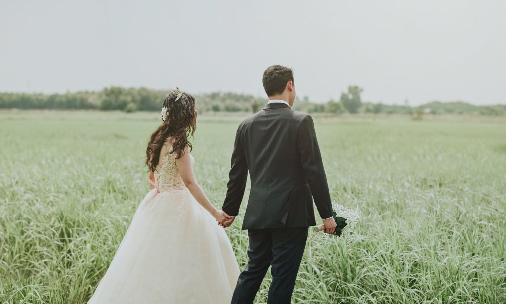 Al igual que San Valentín casaba a los soldados a escondidas en la antigua Roma, esta pareja celebra su amor en la naturaleza, homenajeando a San Valentín inconscientemente