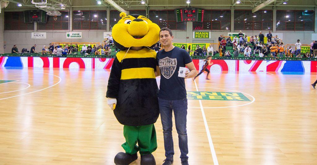Alberto ganador de la liga de retos de MANN-FILTER recogió su premio en el descanso del partido de basket femenino