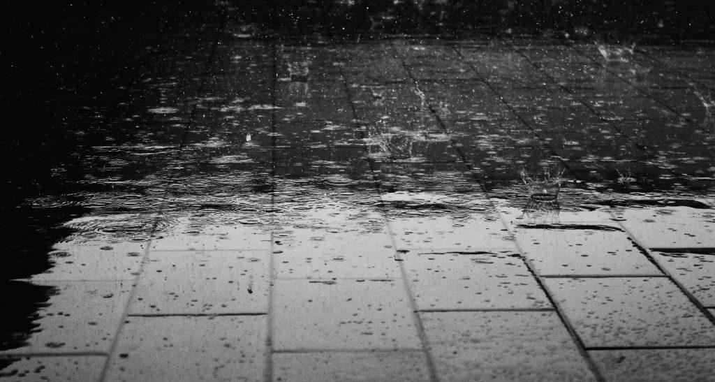 La lluvia hace que las ciudades posen perfectas para hacer fotos para participar en los retos Hunteet de la app gratis y ganar premios