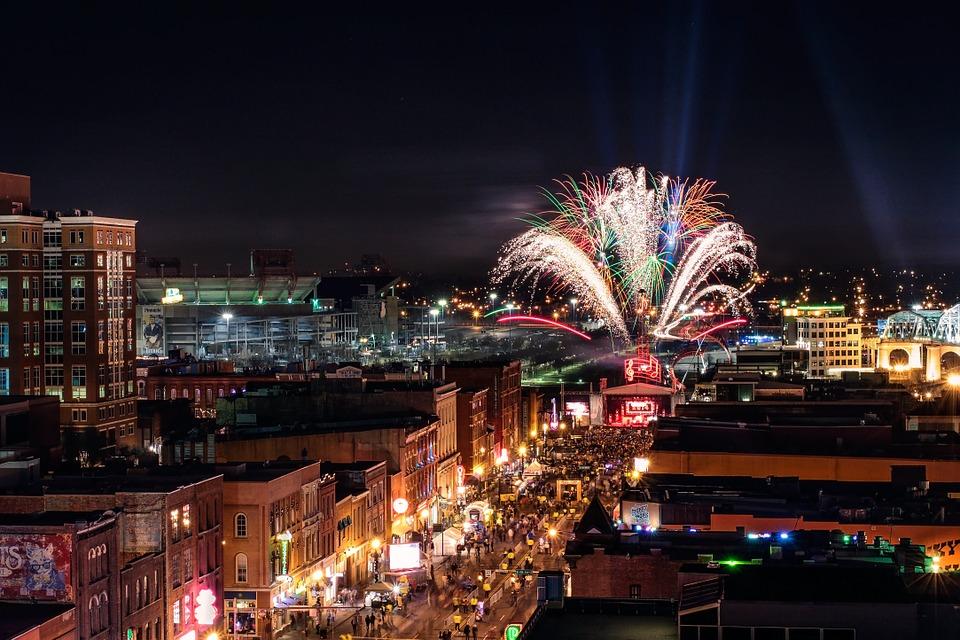 Fuegos artificiales en la calle por la celebración de Nochevieja y año nuevo formas de divertirse diferentes en el cambio de año