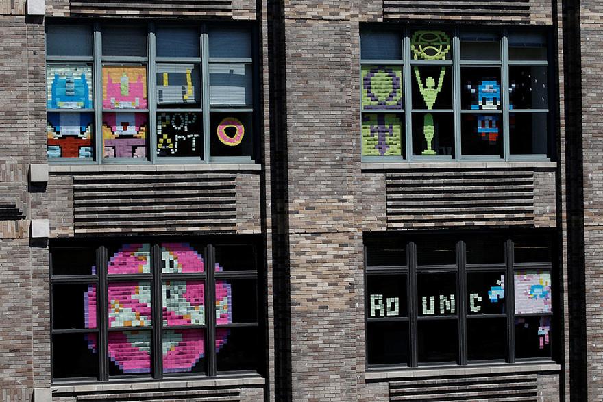 Cazafantamas, símbolos, dibujos, mensajes, y un sinfin de mosaicos decorativos en la épica guerra de post-its de Nueva York