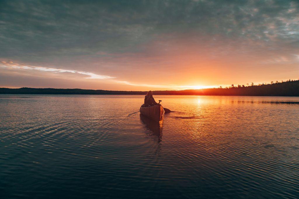 Navegar-en-canoa-planes-al-aire-libre-que-tienes-que-probar
